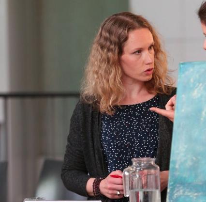 Tanja Rathmann hört zu auf einer politischen Veranstaltung